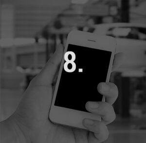 Ein Smartphone in der Hand. Der Bildschirm ist schwarz. Im Vordergrund steht 8.